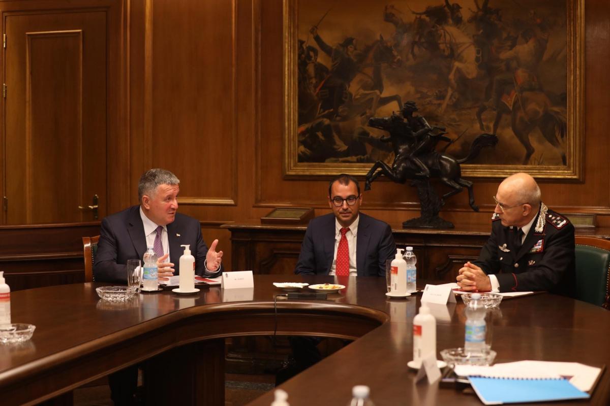 Встреча министра внутренних дел Украины Арсена Авакова и командующего карабинерами Итальянской Республики Джованни Нистри / фото mvs.gov.ua