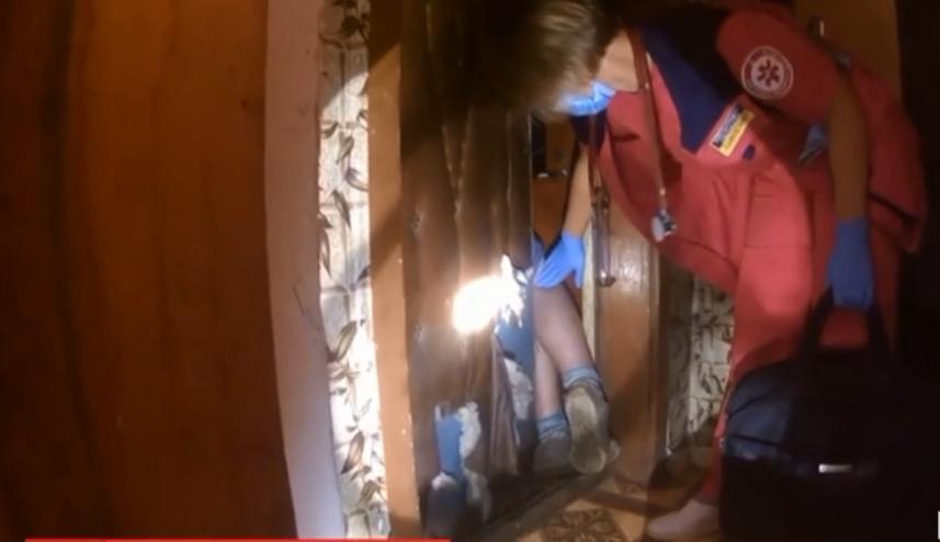 Рятувальникам довелося лізти через вікно, аби врятувати жінку / скріншот відео ТСН
