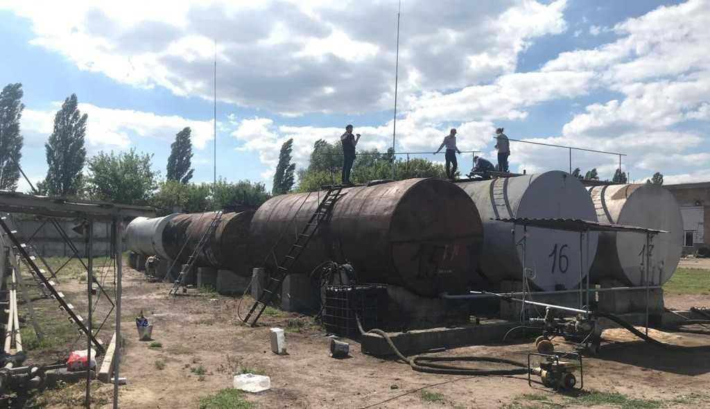 Правоохоронці вилучили 100 тонн нафтосировини, близько 50 тонн фальсифікату / фото СБУ
