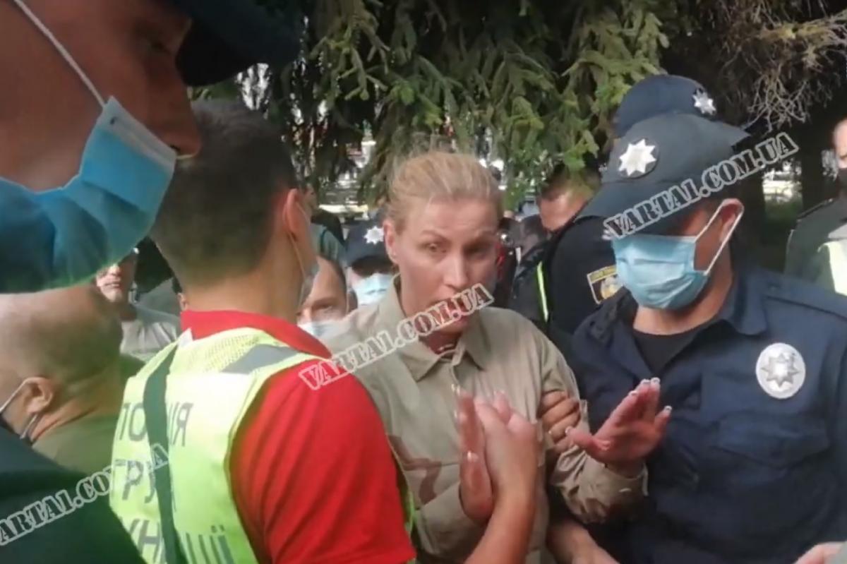 Олена Живко облила себе бензином / Скріншот з відео