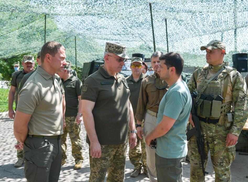 Хомчак призвал общество отличать одиночные выстрелы, которые сейчас бывают в ООС со стороны боевиков, от обстрелов / president.gov.ua