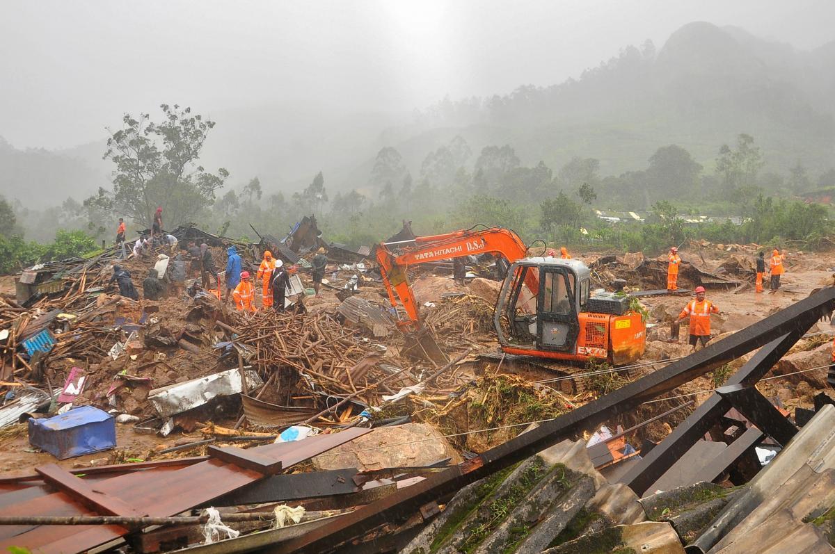 Рятувальники працюють на місці зсуву в Індії / Фото REUTERS