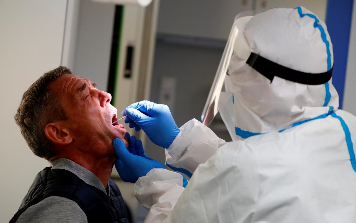 Увеличение тестов не обязательно приводит к увеличению зафиксированных случаев заражения / REUTERS