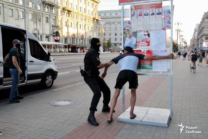 Силовики жорстко затримували людей / фото Franak Viačorka, білоруська служба Радіо Свобода