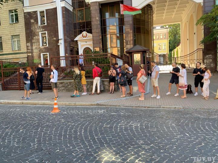 У посольства РБ в Киеве возникла очередь из голосующих/ TUT.BY