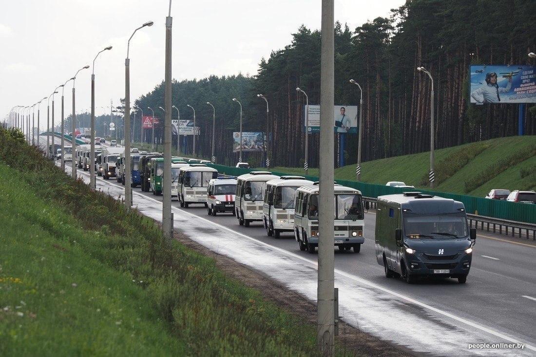 До Мінська стягують колони автобусів з особовим складом для розгону мітингів / фото Onliner