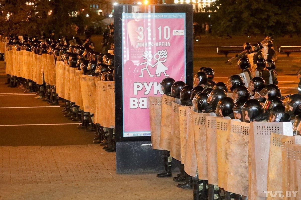 Силовики стоять в строю під час протестів в Білорусі / Фото TUT.BY
