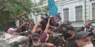 Под Посольством РБ задержали человека/ скріншот