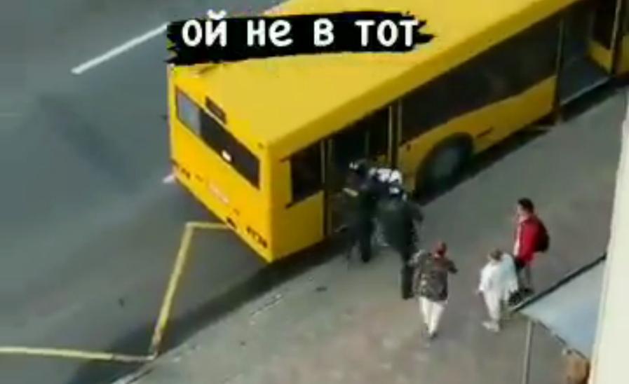 Білоруські силовики мало не кинули затриманого в міський автобус / Скріншот з відео
