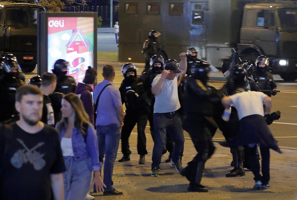 По меньшей мере 5 человек погибли на протестах в Беларуси / фото REUTERS