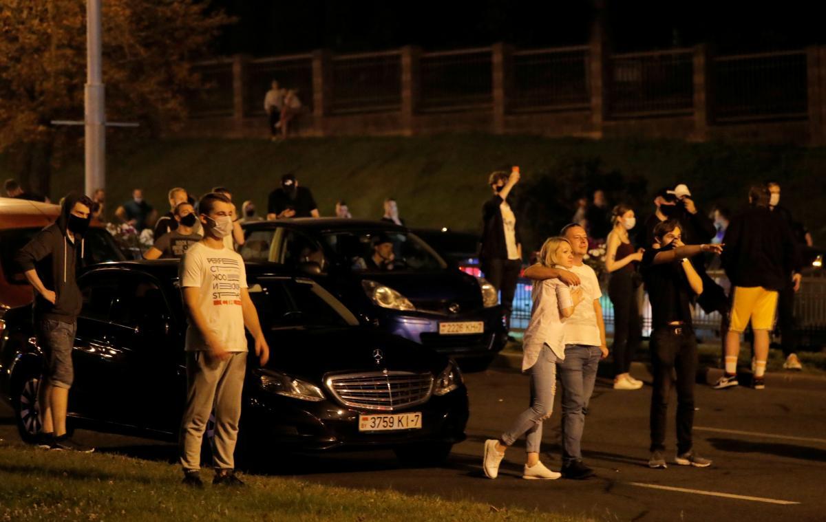 Демонстранты бросали машины на дорогах и проспектах, чтобы помешать перемещениюсиловиков/ REUTERS