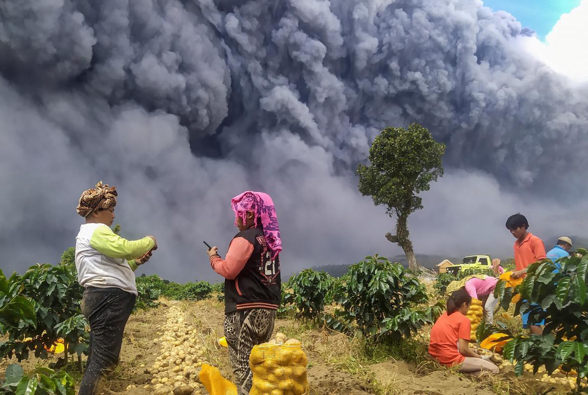 Вулкан Синабунг / REUTERS
