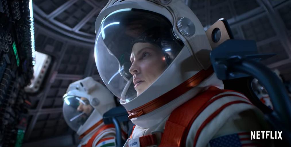 По сюжету Суонк играет летчицу ВМС США по имени Эмма Грин \ скриншот с видео