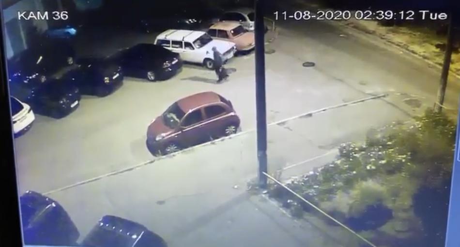 На камеру видеонаблюдения попалчеловек, бросивший темный пакет под авто Богдана / Скриншот