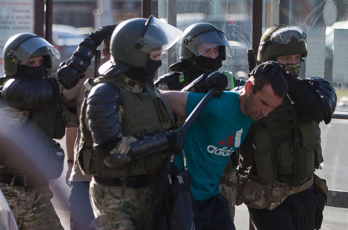 Протесты в Беларуси продолжаются третий день / REUTERS