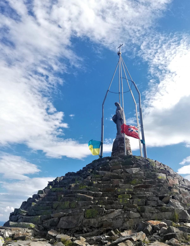 Статуя Діви Марії на вершині гори Хом'як / фото Марина Григоренко