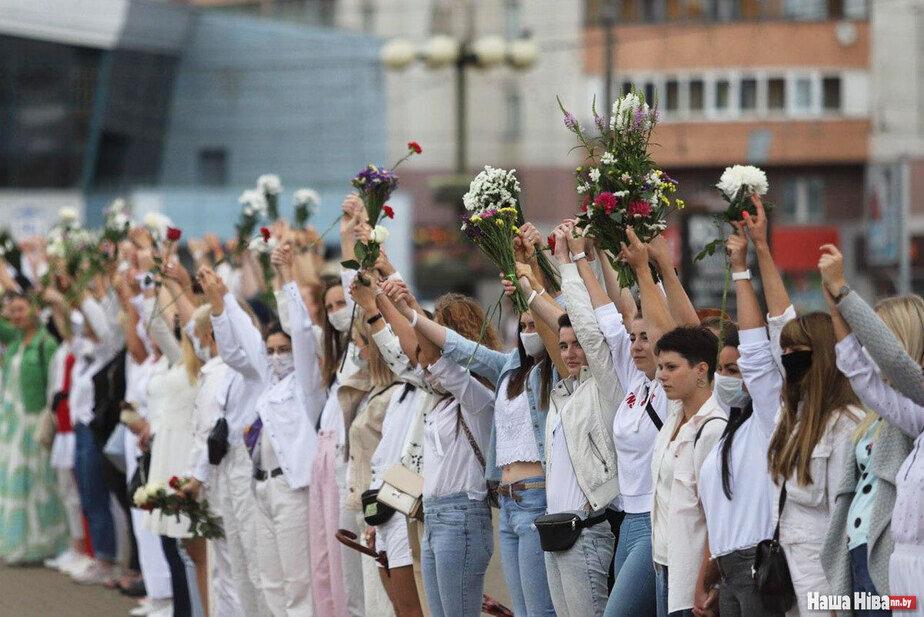 Цепь с цветами в Минске / Наша Ніва