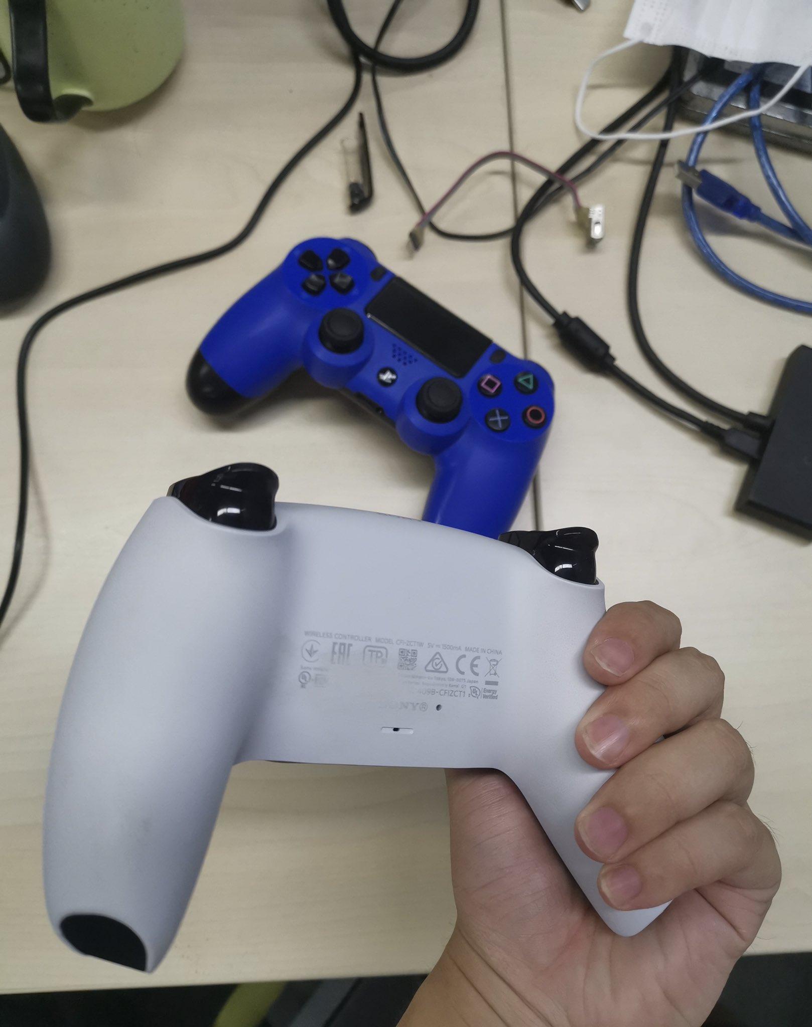 Задня сторона геймпада DualSense / фото twitter.com/Galaxyrain666