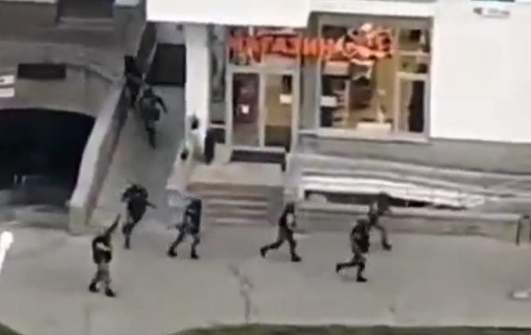 Білоруські силовики стріляють по вікнах / Скріншот з відео