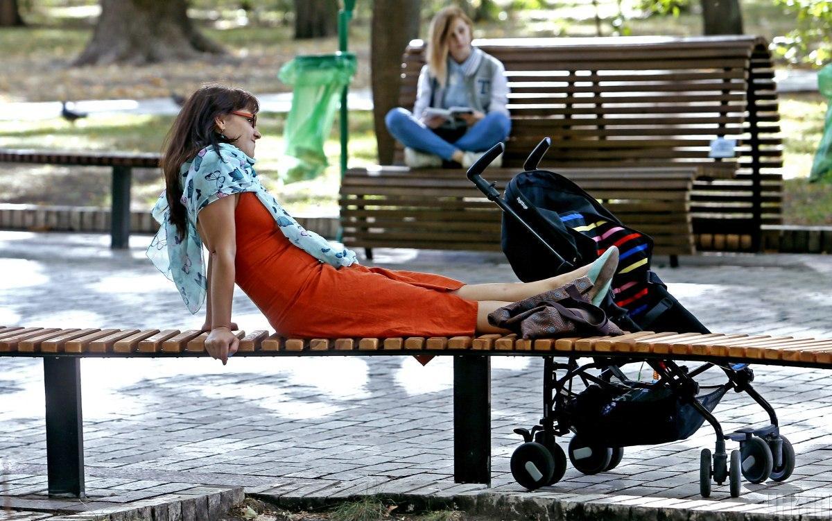 Женщины отдыхают в парке