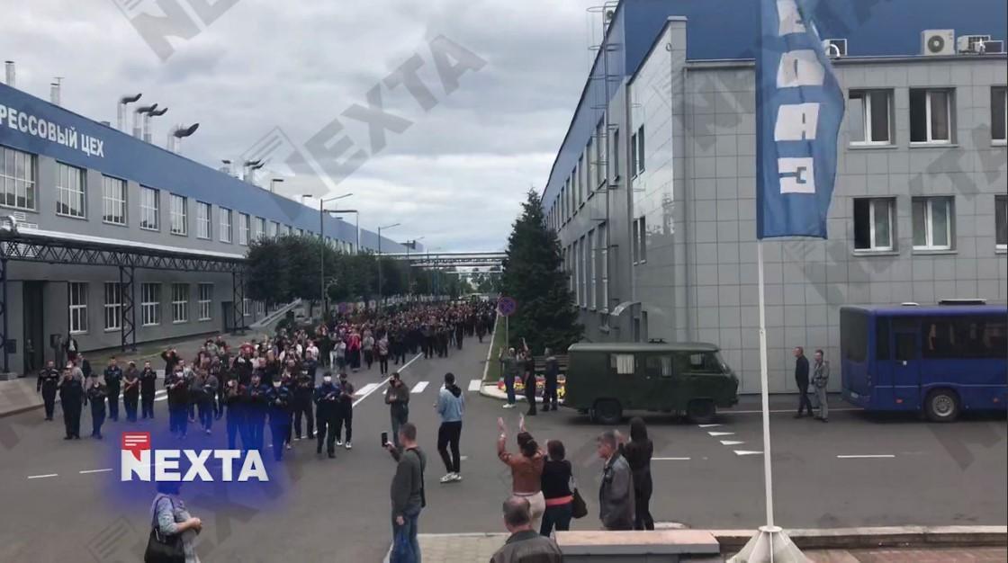 Работники прошли колонной на территории предприятия / скриншот из видео