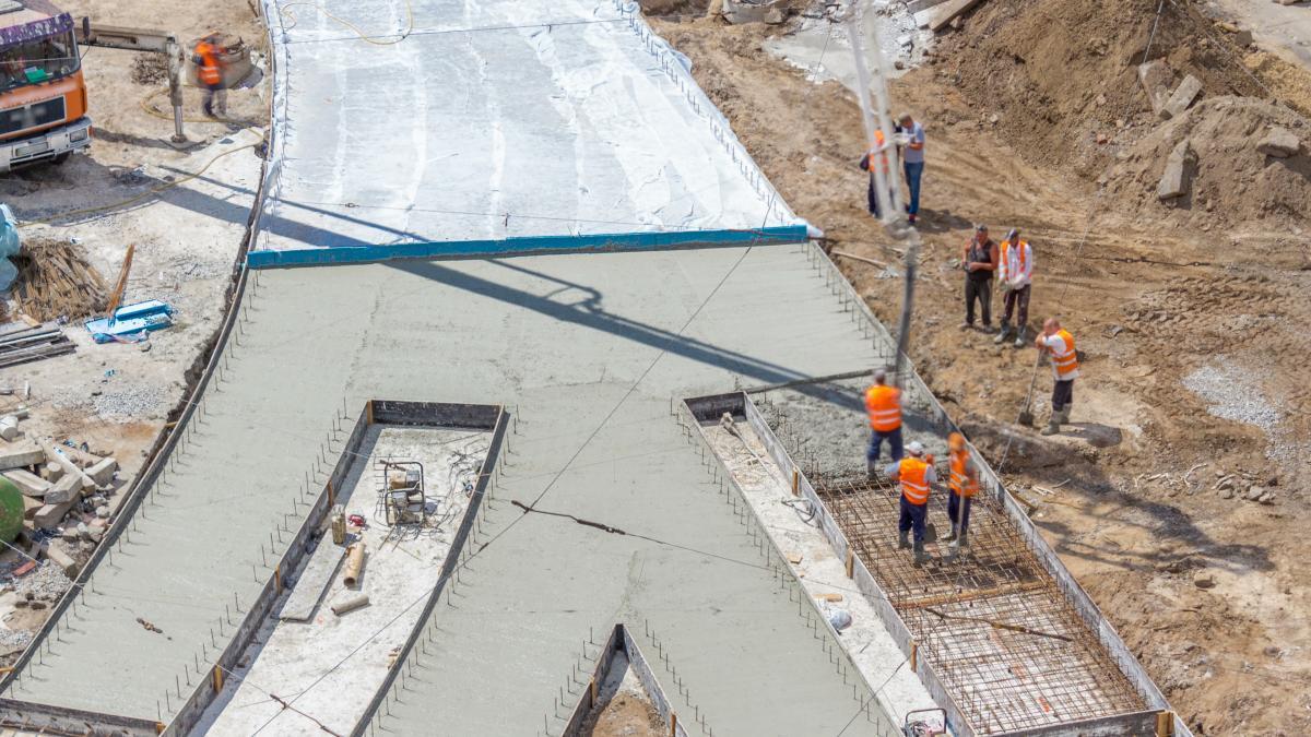 Дорогиз цементобетонним покриттям краще витримують навантаження та високі температури / фото ua.depositphotos.com