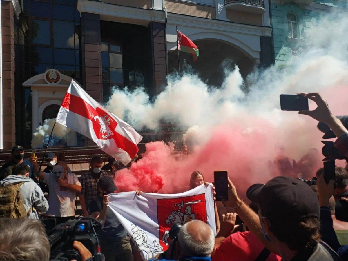 Акція на підтримку протестів у Білорусі 14 серпня біля посольства в столиці/ Фото УНІАН