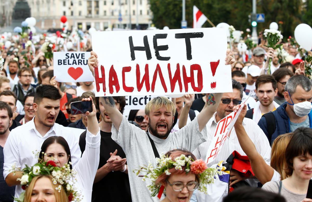 К колонне протестующих примыкают все больше и больше людей/ фото REUTERS
