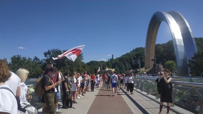 В Киеве украинцы создали на мосту цепь солидарности с Беларусью / фото Украинская правда