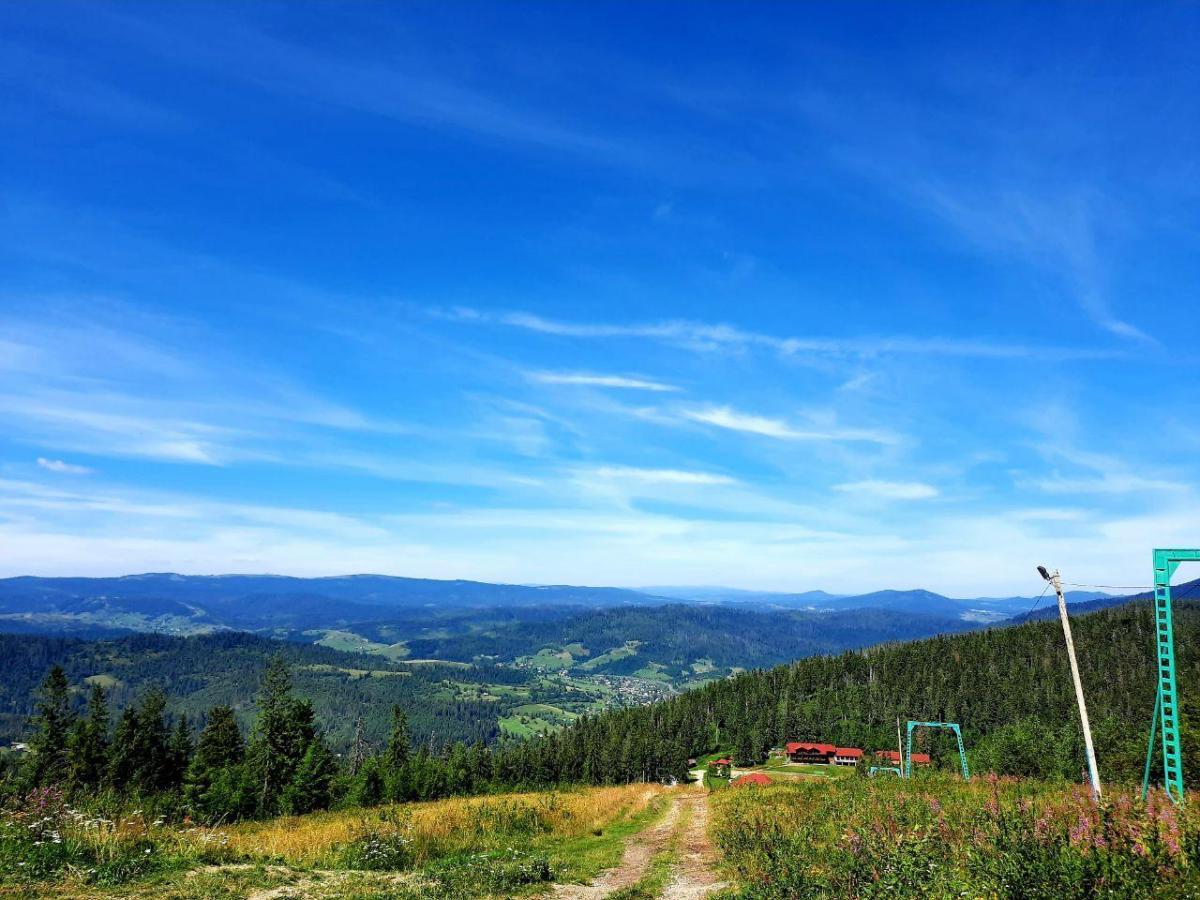 С вершины горы Ильза открывается вид на соседние горы Тростян и Высокий Верх / фото Ольга Броскова