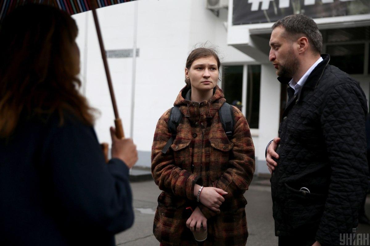 Яна Дугарь и ее адвокат Виталий Коломиец / фото УНИАН