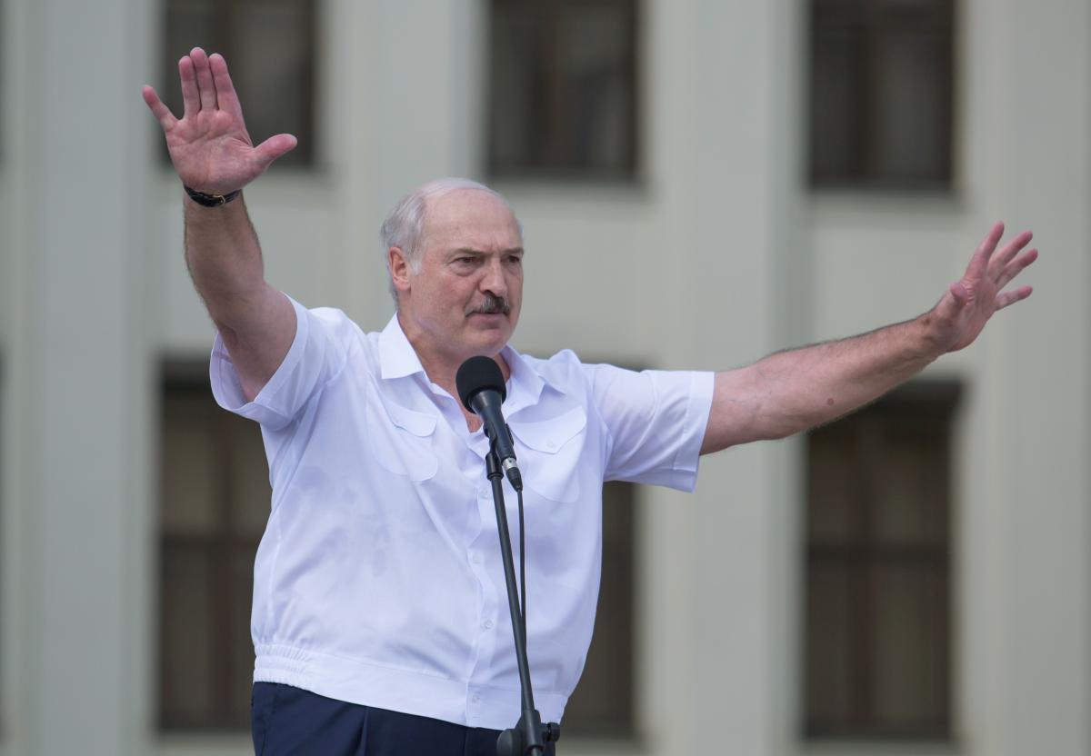 23 августа протестующие наведались в резиденцию Лукашенко, но тот вышел с автоматом / Фото: REUTERS