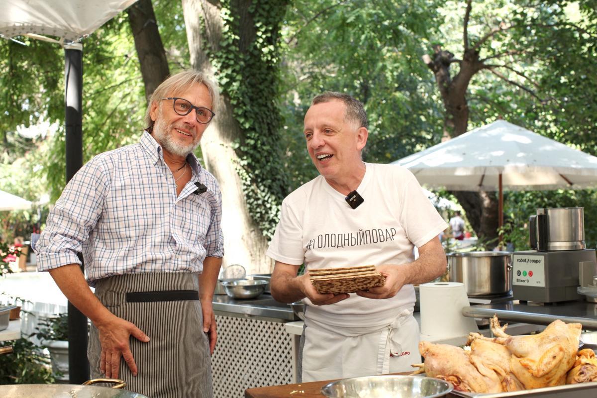 Сава Лібкін показав разом із Володимиром Лавренчуком, як приготувати курячий бульйон з кльоцками з маци