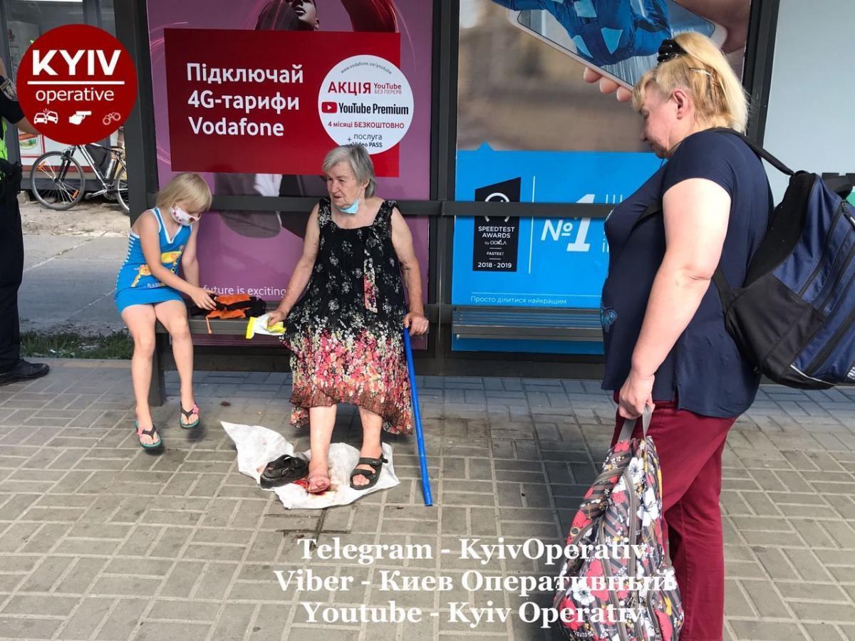 Двери маршрутки зажали женщину / ФотоКиев Оперативный