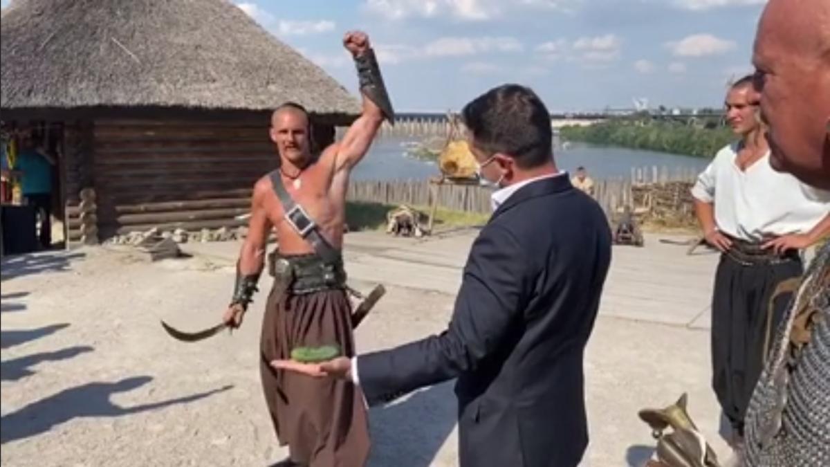 Запорожские козаки решили проверить, насколько храбр Зеленский/ скриншот из видео