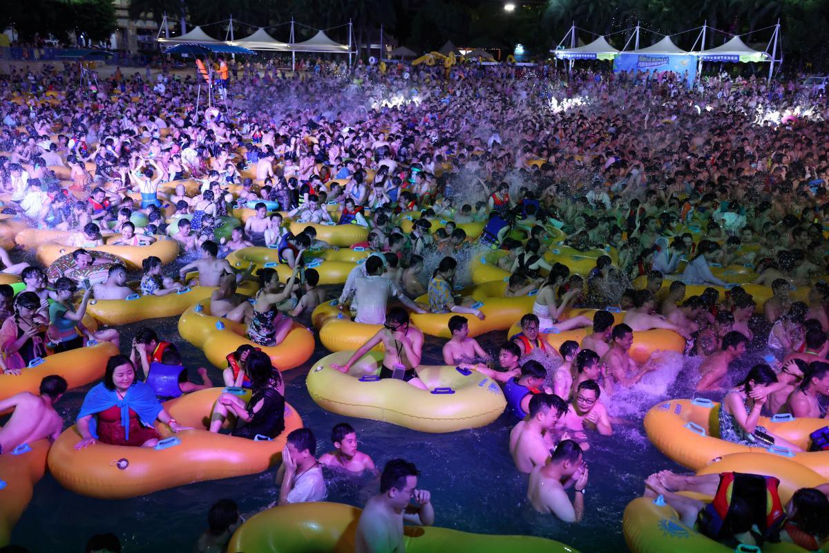 В Ухане провели многотысячную пляжную вечеринку / REUTERS