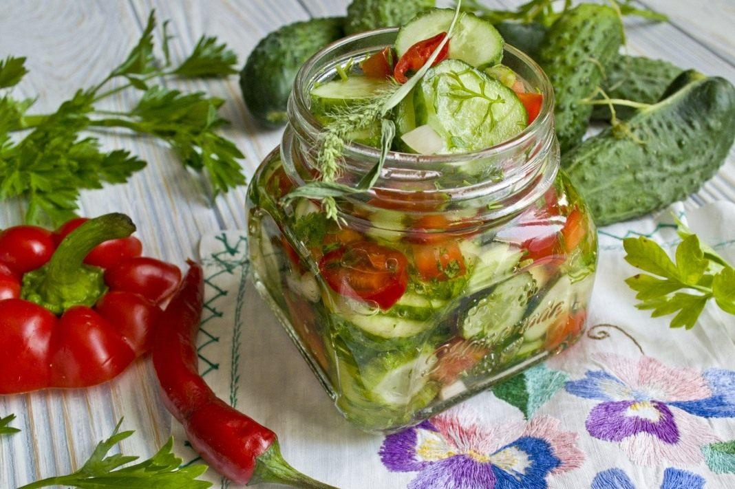 Как приготовить салат из огурцов на зиму / фото botanichka.ru