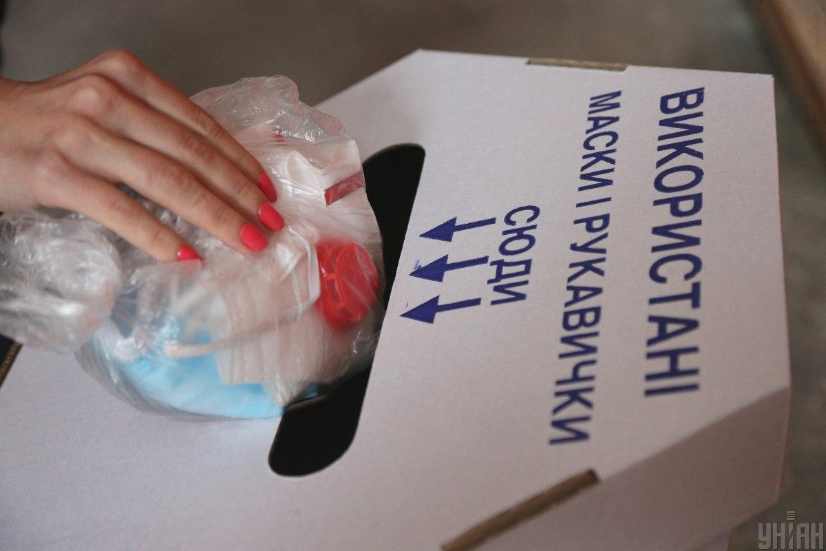 Использованные маски становятся серьезной проблемой / фото УНИАН