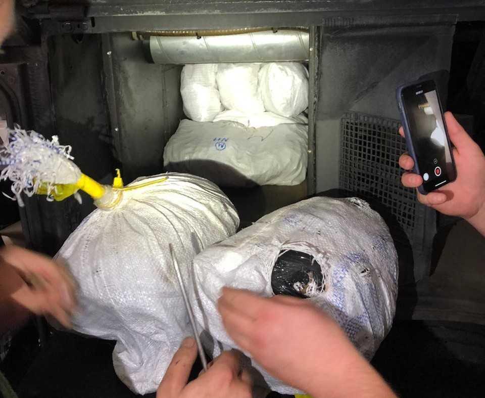 Таможенники нашли в автобусе несколько мешков с янтарем / фото Закарпатской таможни