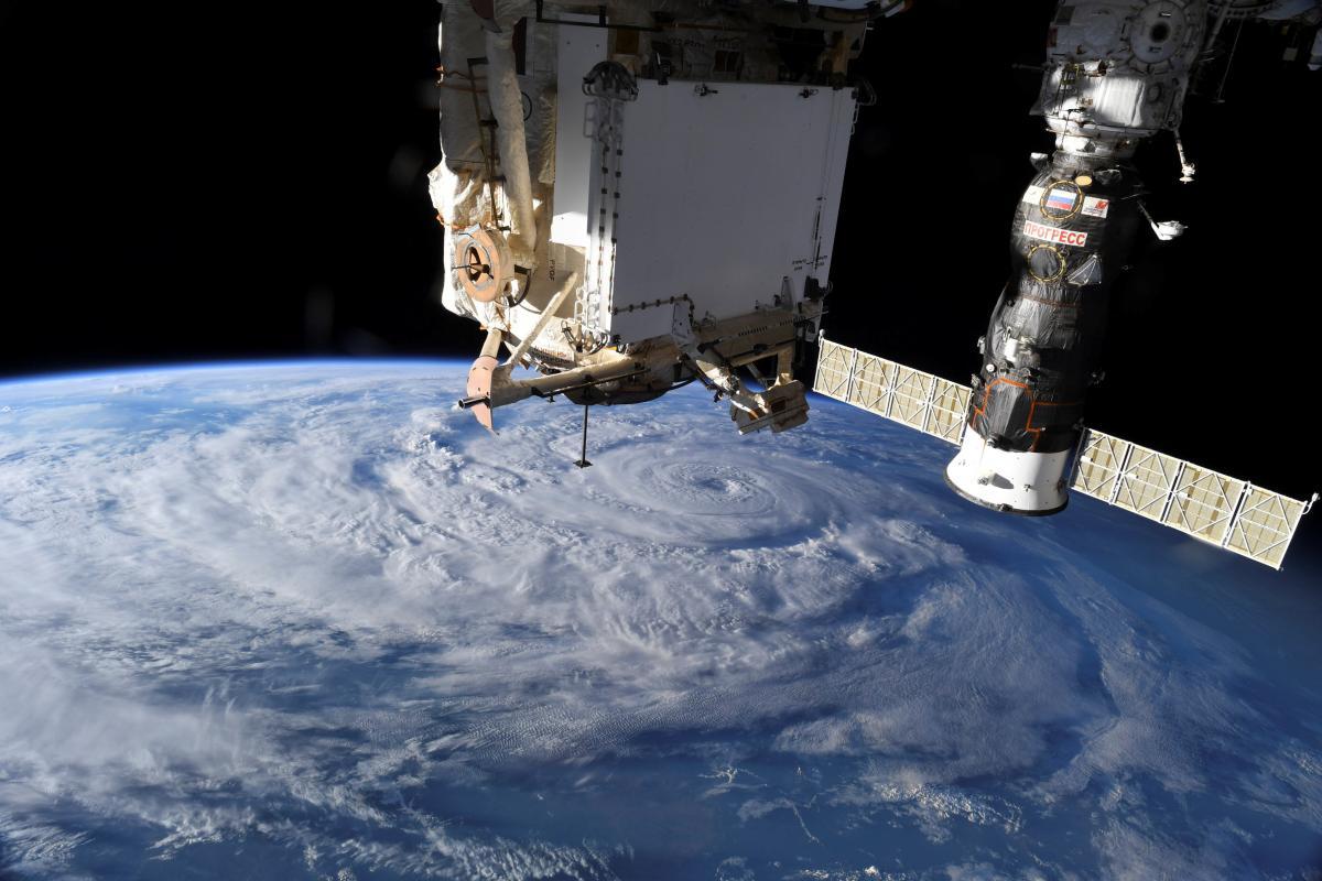 Пока астронавты выполняют свою работу «по меревозможностей» / REUTERS