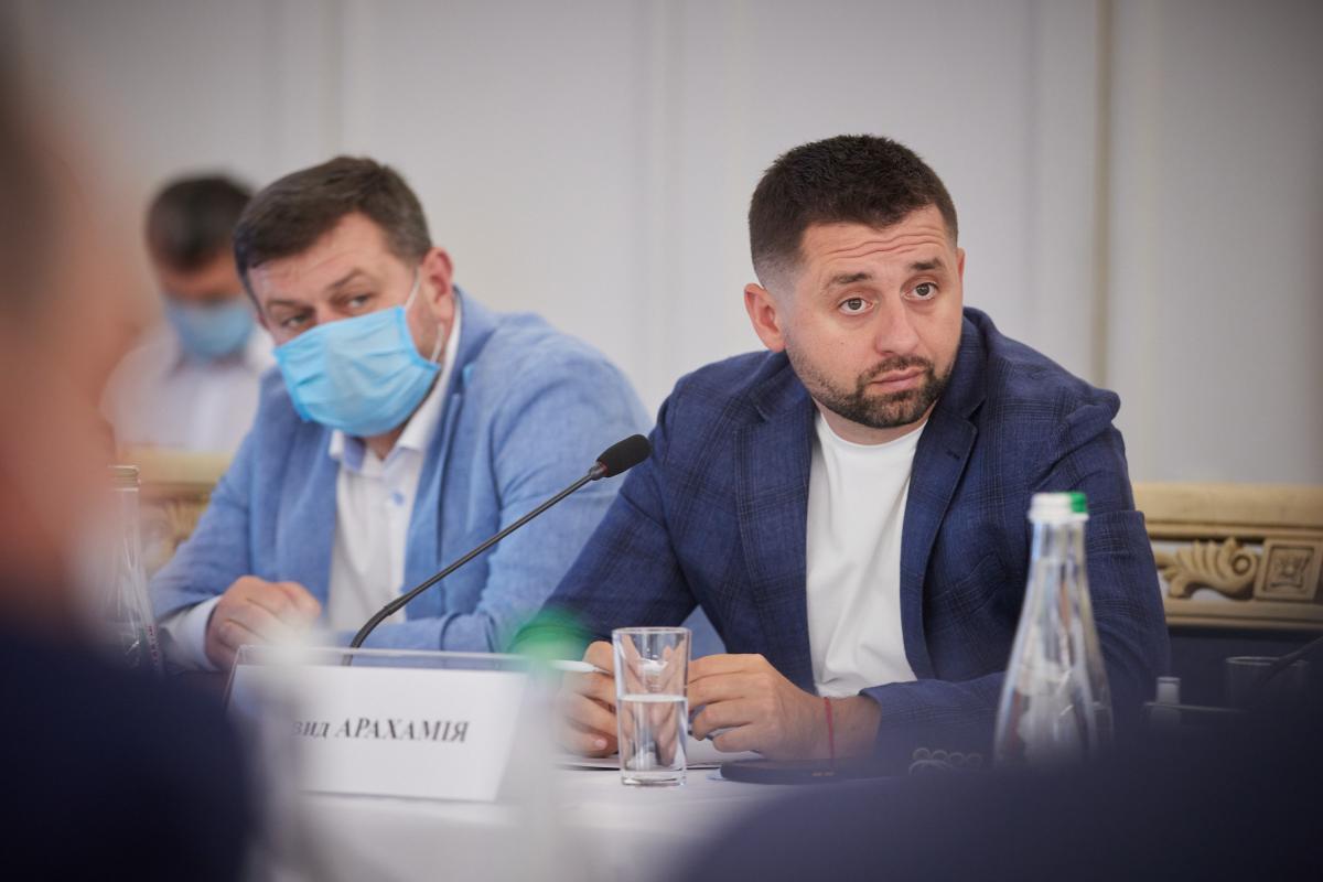 Арахамия не знает, кто будет стоять под участками и проводить опрос / фото president.gov.ua