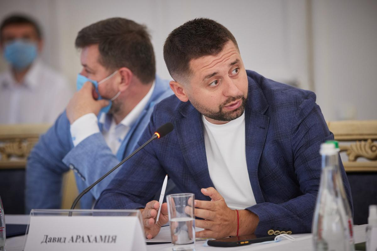 Арахамия нарушил ПДД, припарковав джип под светофором / фото president.gov.ua