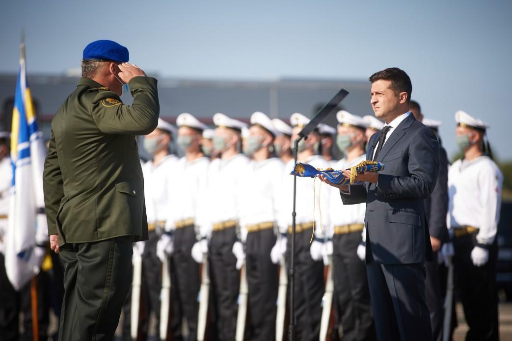 Президент вручил семь сертификатов командирам подразделений ВСУ / фото president.gov.ua