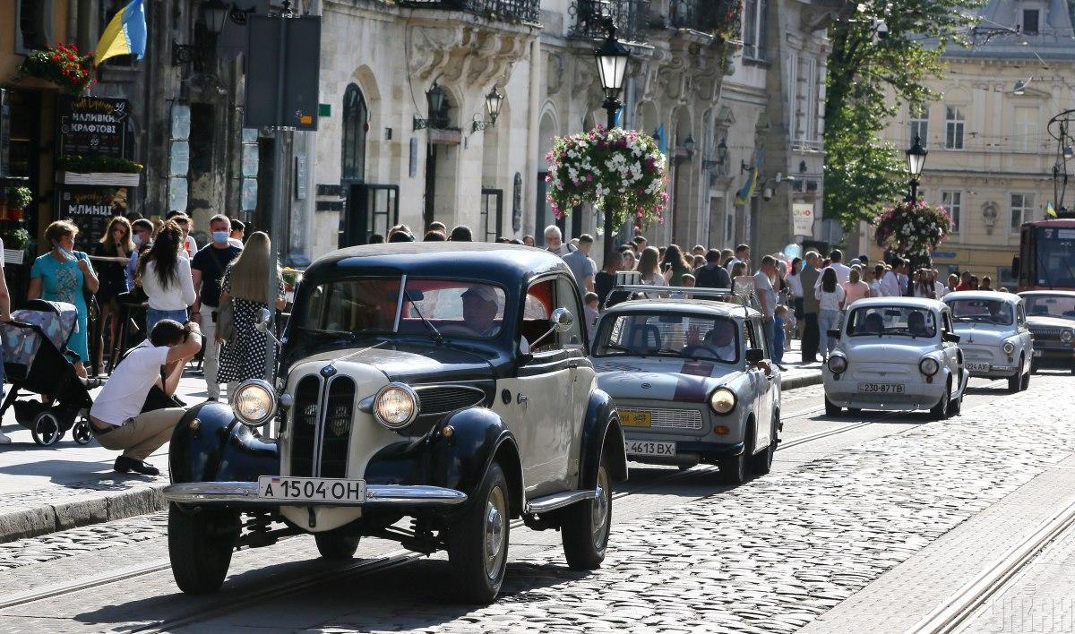 Во Львове прошла выставка ретро-автомобилей / фото УНИАН