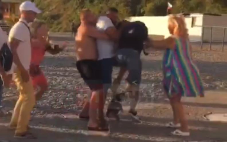 В Сочи подрались охранники с туристами / скриншот с видео