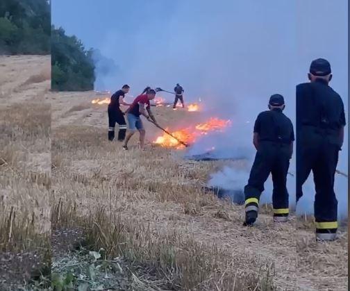 Тернопільський спортсмен Юрій Сенів допоміг загасити палаюче поле після підпаду / скріншот