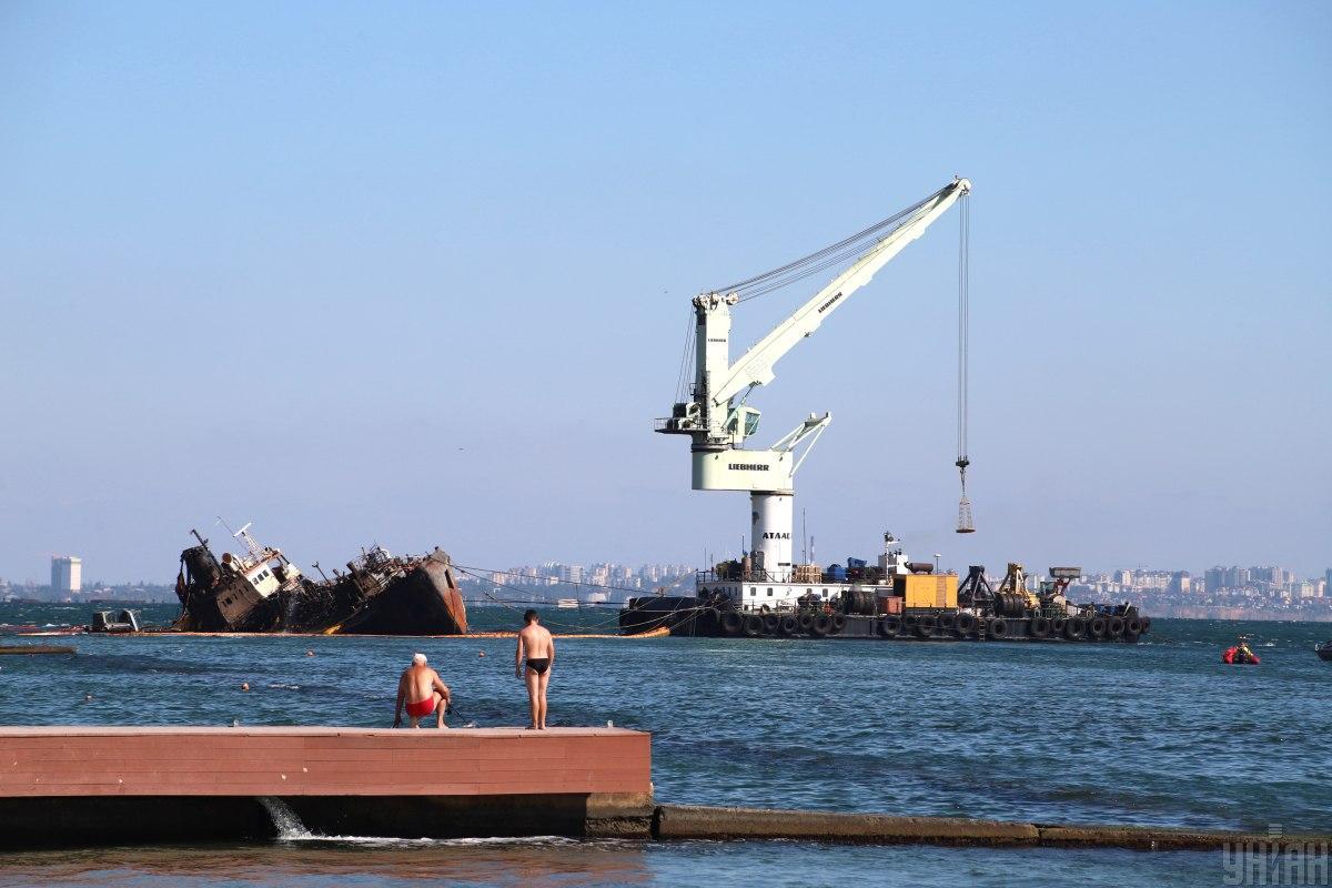 Отсеки судна зачистили от остатков нефтепродуктов / фото УНИАН
