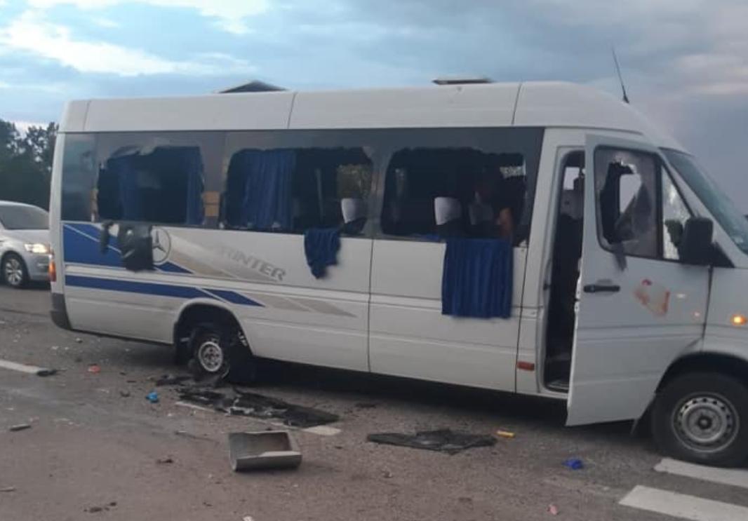 Невідомі розстріляли мікроавтобус з травматичної зброї / фото facebook.com/kivailya