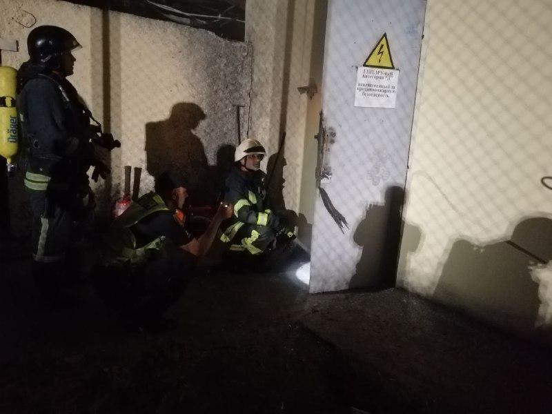 Специалисты обесточили подстанцию и охладили помещение / фото ГСЧС