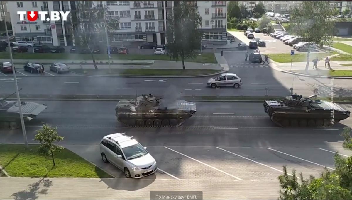 БМП-2 заметили на улицах Минска/ скриншот из видео
